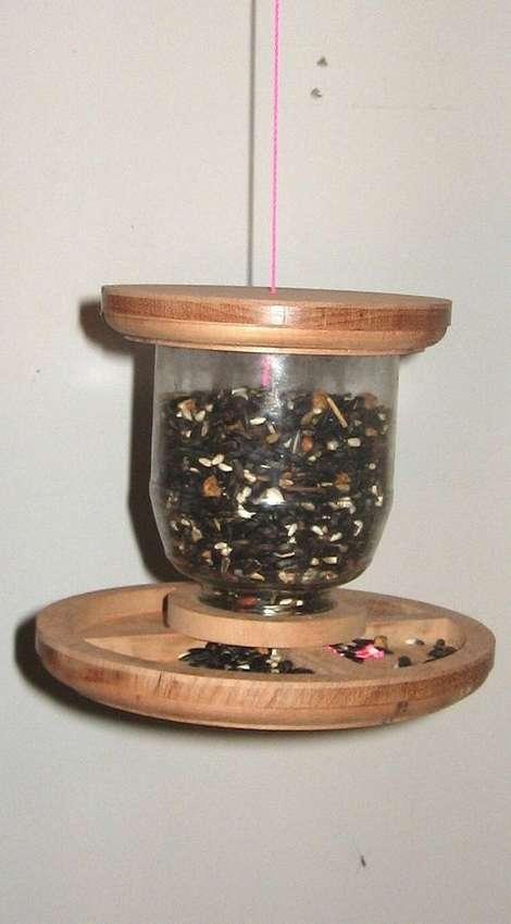 подвесная кормушка для птиц из дерева и стеклянной банки