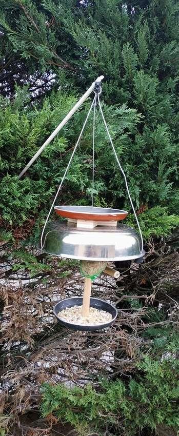 кормушка для птиц из кухонных принадлежностей