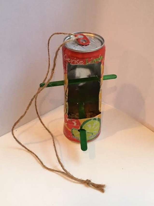 кормушка для птиц из жестяных банок