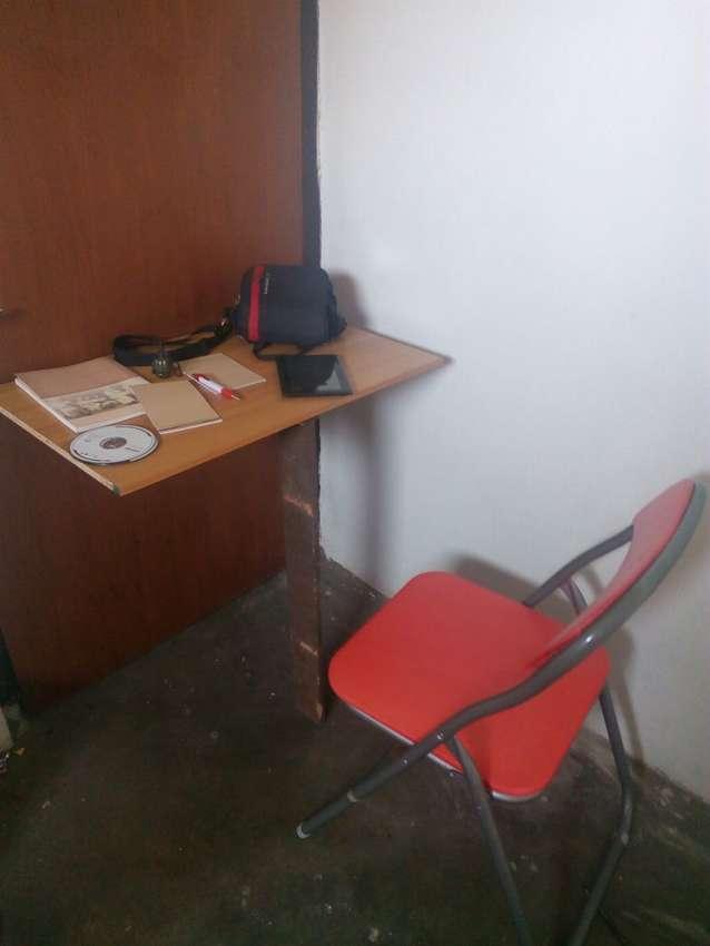 откидной столик за дверью