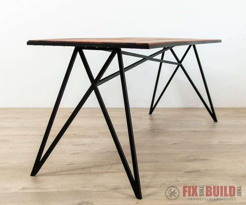 современный стол с металлическим каркасом